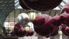 Weihnachtsfestverzierungen und -lichter in Covent-Garten stock footage