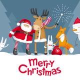 Weihnachtsflaumiger Baum mit natürlichen Verzierungen und rotem bokeh Hintergrund Stockfotografie