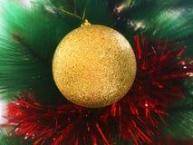 Weihnachtsflitter auf einem Baum Lizenzfreie Stockfotos
