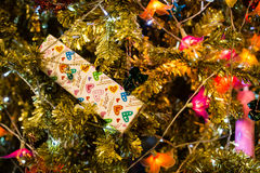 Weihnachtsflitter auf einem Zedernbaumast Stockbilder