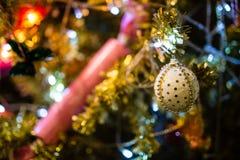 Weihnachtsflitter auf einem Zedernbaumast Lizenzfreies Stockfoto