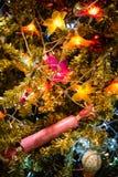 Weihnachtsflitter auf einem Zedernbaumast Lizenzfreies Stockbild