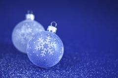 Weihnachtsflitter auf Schnee Stockfoto