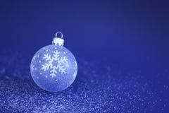 Weihnachtsflitter auf Schnee Lizenzfreie Stockfotografie