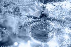 Weihnachtsflitter mit einem Bogen, der an einem Fichtenzweig hängt Stockbild