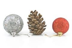 Weihnachtsflitter mit Kiefernkegel Lizenzfreie Stockfotos