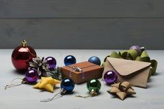 Weihnachtsflitter und -dekorationen lizenzfreie stockfotos