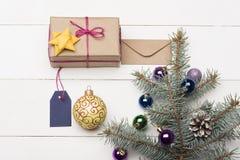 Weihnachtsflitter und -dekorationen stockfotos