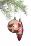 Weihnachtsflitter und -kegel auf Tannenbaum Stockfoto