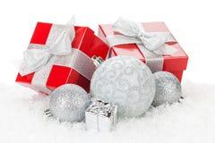 Weihnachtsflitter und rote Geschenkboxen Lizenzfreie Stockfotos