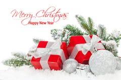 Weihnachtsflitter und rote Geschenkboxen mit Schneetannenbaum Stockfoto