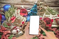 Weihnachtsflitter und schwankt von der Dekoration auf hölzernem Hintergrund Stockfoto