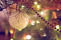 Weihnachtsflitterdekoration auf Frei-Baum lizenzfreies stockbild