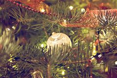 Weihnachtsflitterdekoration auf Frei-Baum stockbilder