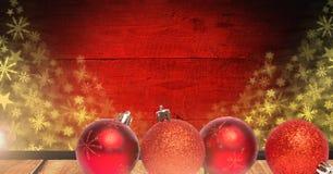 Weihnachtsflitterdekorationen und Schneeflockenmuster auf Holz Lizenzfreie Stockfotos