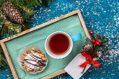 Weihnachtsfoto des Behälters mit Tee und Kuchen Stockfotos