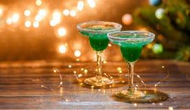 Weihnachtsfoto von zwei Weingläsern mit grünem Cocktail Stockbild