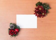 Weihnachtsfotorahmen auf hölzernem Schreibtischhintergrund Stockbild