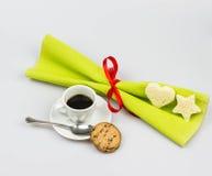 Weihnachtsfrühstück mit italienischem Espresso auf einem weißen Hintergrund Stockfotografie