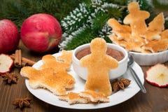 Weihnachtsfrühstück - Toast in Form der kleinen Männer Stockfotografie