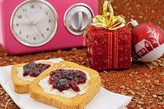 Weihnachtsfrühstück und -uhr Stockfoto