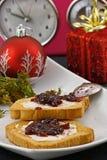 Weihnachtsfrühstück und -uhr Lizenzfreies Stockfoto
