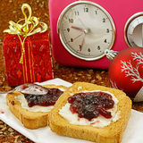 Weihnachtsfrühstück und -uhr Lizenzfreies Stockbild