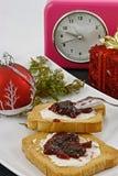 Weihnachtsfrühstück und -uhr Stockfotos