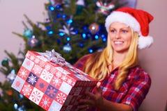 Weihnachtsfrau, die Geschenk gibt Stockfotos