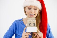 Weihnachtsfrau, die Kalender hält Stockbild