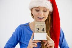Weihnachtsfrau, die Kalender hält Lizenzfreie Stockfotos