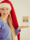 Weihnachtsfrau, die Kalender hält Stockfotografie