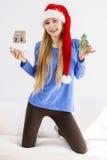 Weihnachtsfrau, die Kalender und Baum hält Stockfotos