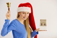 Weihnachtsfrau, die Kalender und Glocke hält Lizenzfreie Stockfotografie