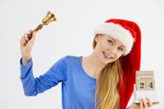 Weihnachtsfrau, die Kalender und Glocke hält Lizenzfreies Stockfoto