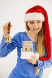 Weihnachtsfrau, die Kalender und Glocke hält Stockbild