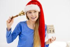 Weihnachtsfrau, die Kalender und Glocke hält Stockfotos
