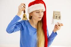 Weihnachtsfrau, die Kalender und Glocke hält Lizenzfreies Stockbild