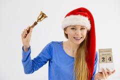 Weihnachtsfrau, die Kalender und Glocke hält Lizenzfreie Stockbilder