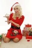 Weihnachtsfrau, die leere Karte zeigt Stockbild