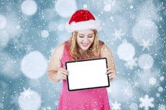 Weihnachtsfrau, die leeres Brett hält lizenzfreie stockfotos