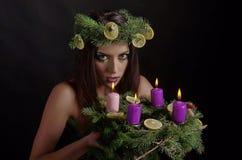 Weihnachtsfrau mit Advent Wreath Stockfoto