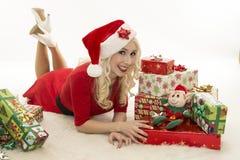 Weihnachtsfrau mit Geschenken Lizenzfreies Stockfoto