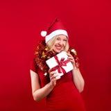 Weihnachtsfrau mit Weihnachtsgeschenk Stockbild