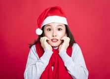 Weihnachtsfrau Sankt-Hut tragend und überrascht Lizenzfreies Stockfoto