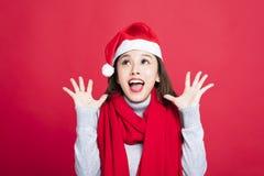 Weihnachtsfrau Sankt-Hut tragend und überrascht Lizenzfreie Stockfotos