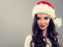 Weihnachtsfrau in Santa Hat Smiling Stockfoto