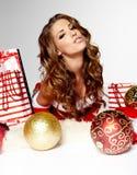 Weihnachtsfrauen mit Geschenken Stockfoto