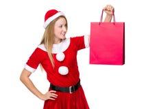 Weihnachtsfrauengriff mit Einkaufstasche Stockbild