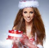 Weihnachtsfrauenporträtgriff-Weihnachtsgeschenk. Lizenzfreie Stockfotografie